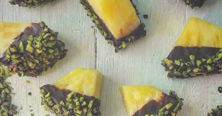 Ananas ricoperto di cioccolato e granella di pistacchio
