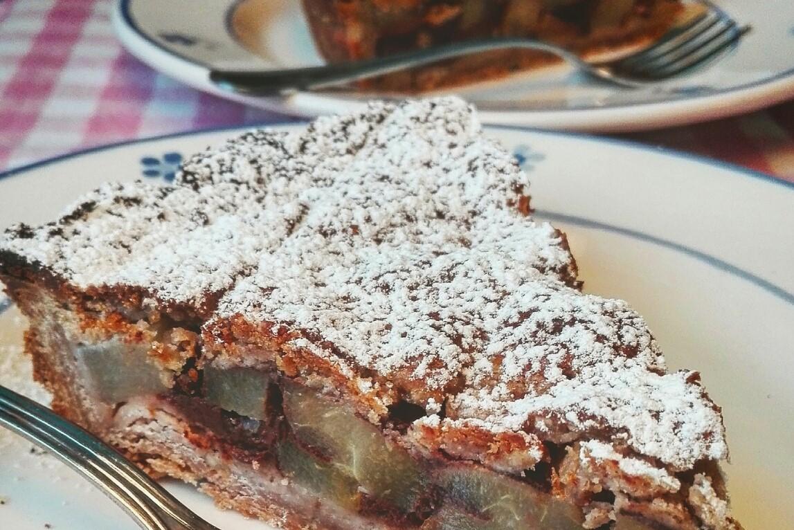 Crostata con farina di castagne nocciole pere e cioccolato