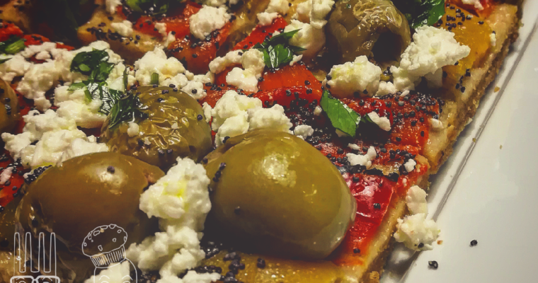 Schiacciata di farro e ceci con peperoni olive e feta