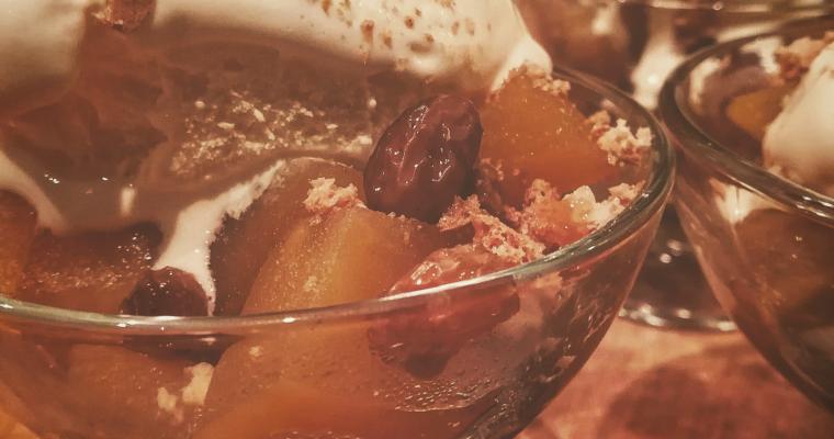 Mele cotte speziate con gelato e amaretti