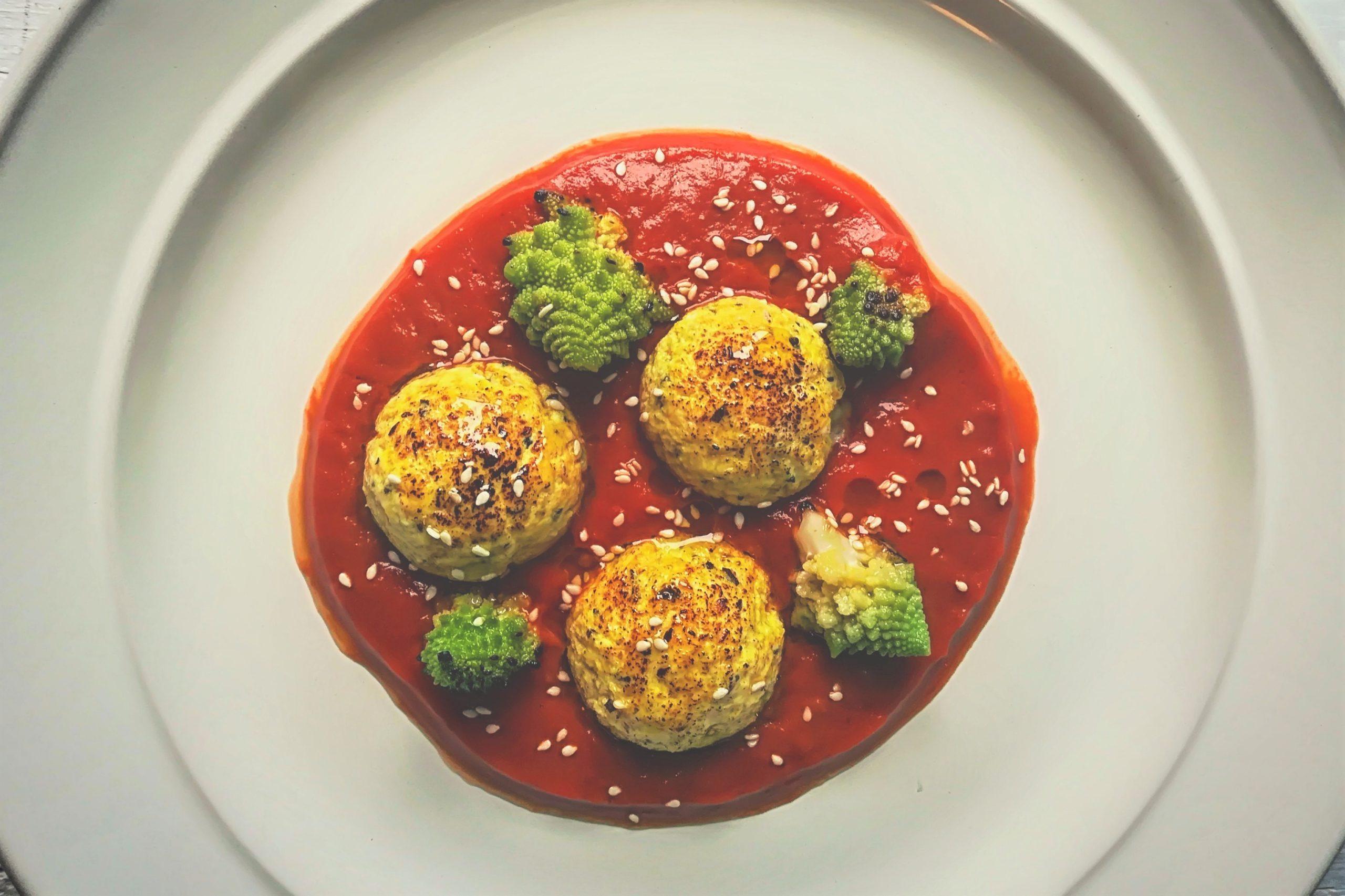 Pepite speziate di ricotta al forno con pomodoro e broccoli