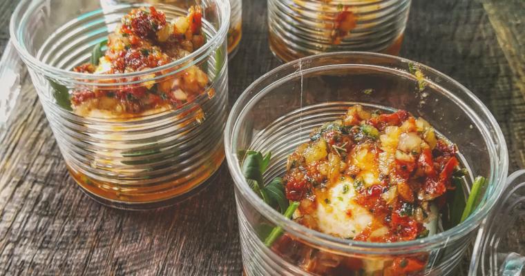 Mozzarelline di bufala con pesto di pomodori secchi e rucola