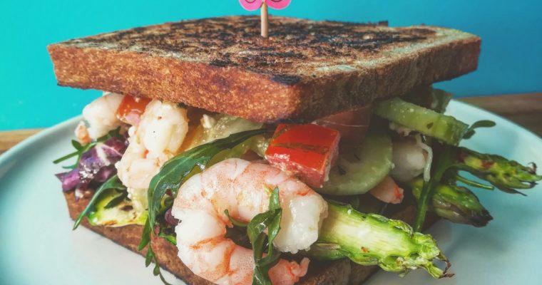 CLUB SANDWICH con gamberi allo zenzero insalata di asparagi e feta