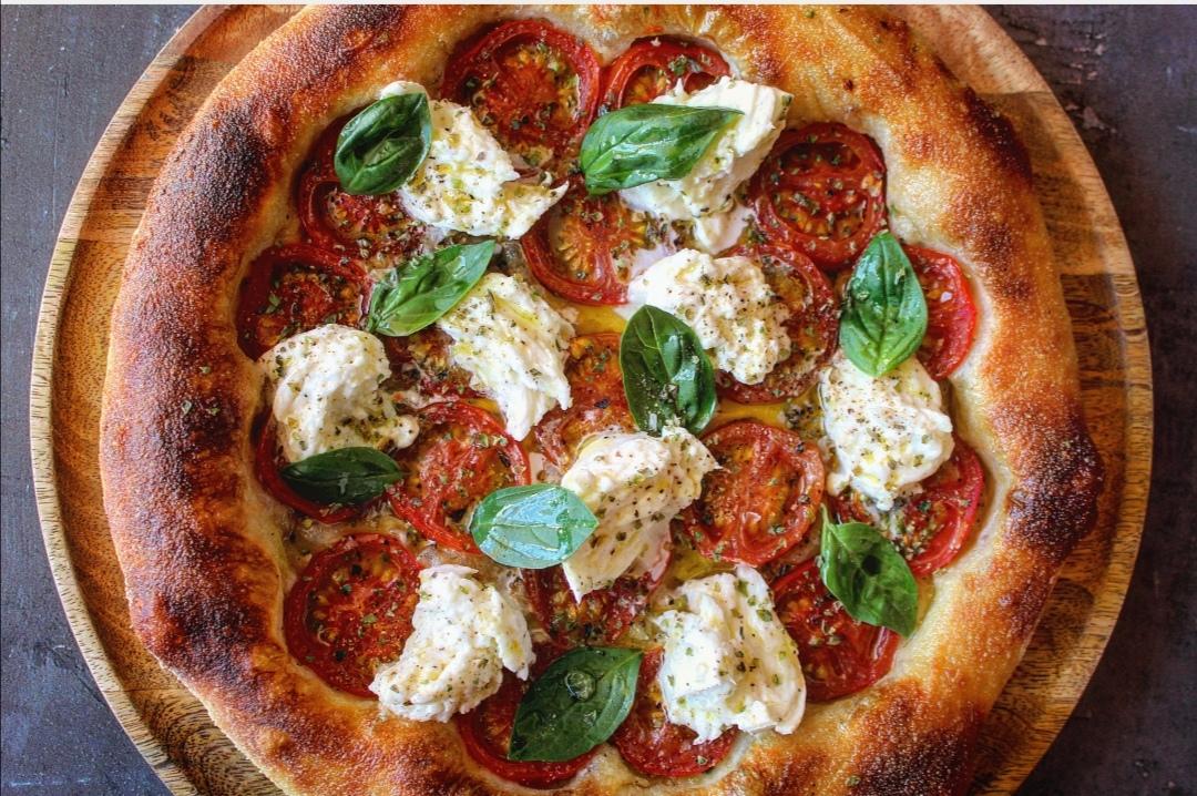 Pizza pomodoro bufala e basilico