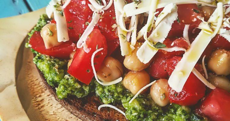 Bruschetta con pomodoro ceci ricotta salata e pesto al basilico e zenzero