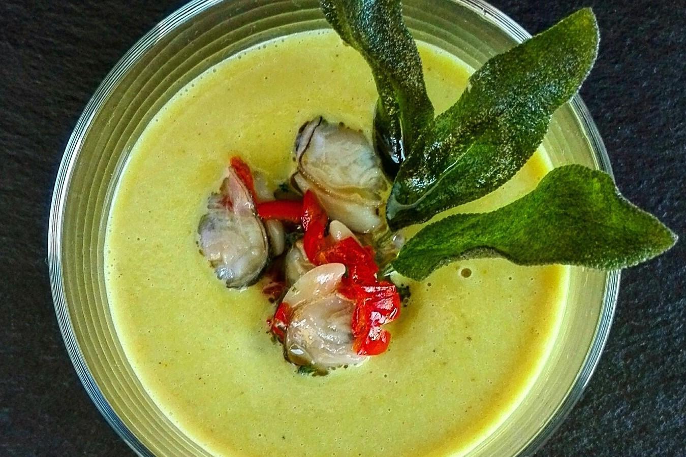 Vellutata di ceci al curry con vongole e salvia croccante