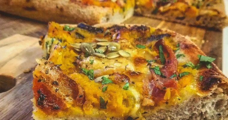 Pizza al farro con zucca, caciocavallo e bacon