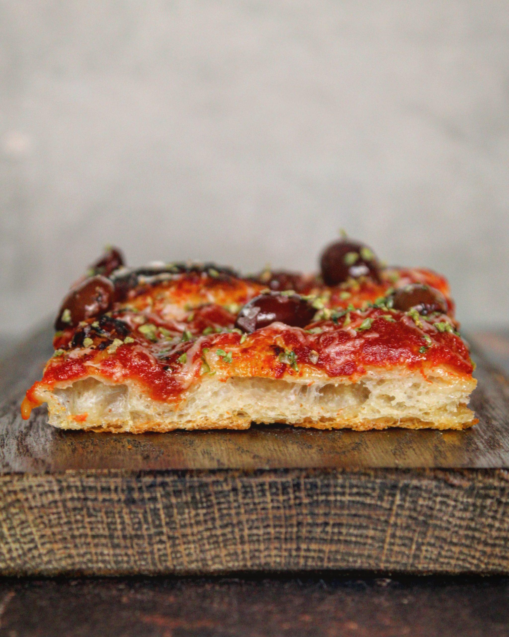 Pizza rossa con parmigiano paprika taggiasca ed origano