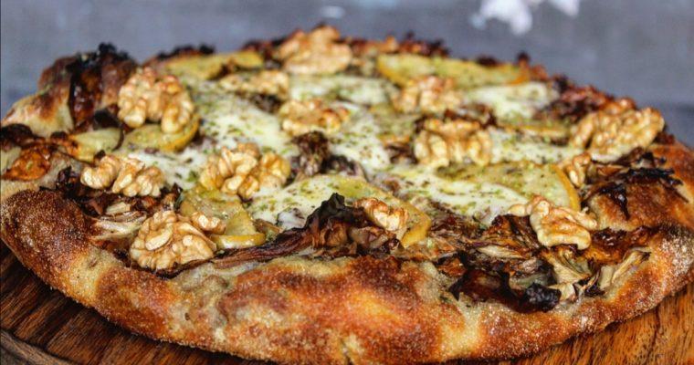 Pizza radicchio mele taleggio e noci