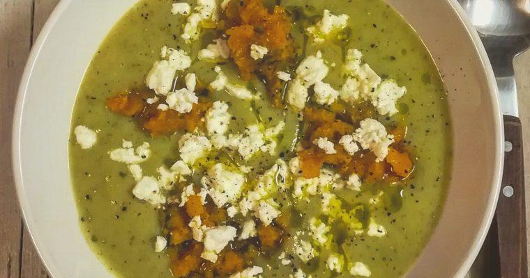 Vellutata di zucchine patate e cipollotto con zucca croccante e feta