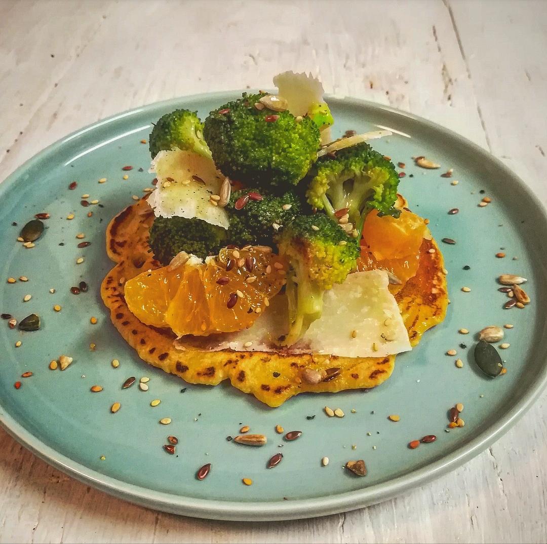 Pancake ai ceci con insalata di broccoli clementine e Parmigiano