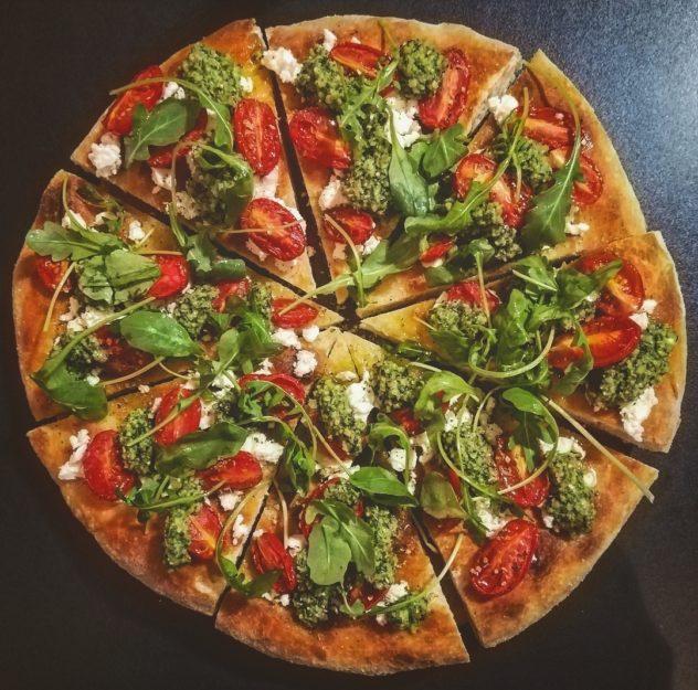 Focaccia con feta, pomodorini confit e pesto al basilico