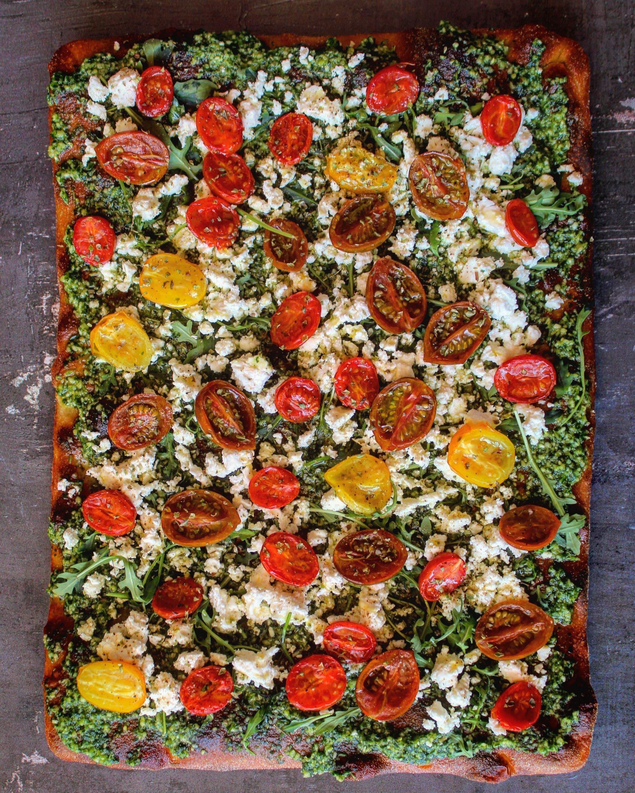 Focaccia con feta, pomodorini confit e pesto alla rucola