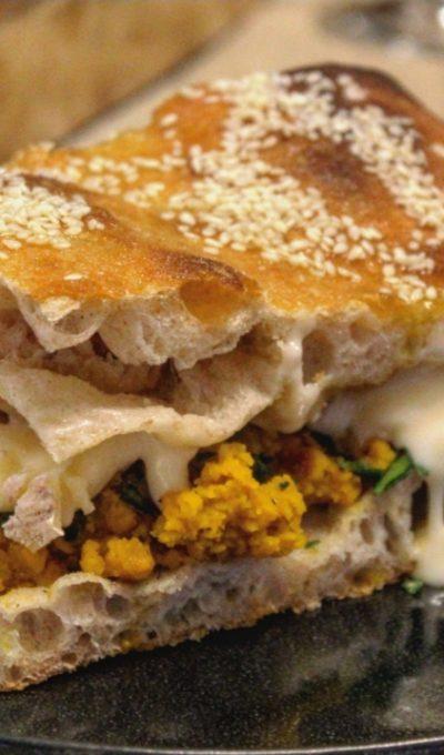 Focaccia al sesamo con zucca gorgonzola e curry