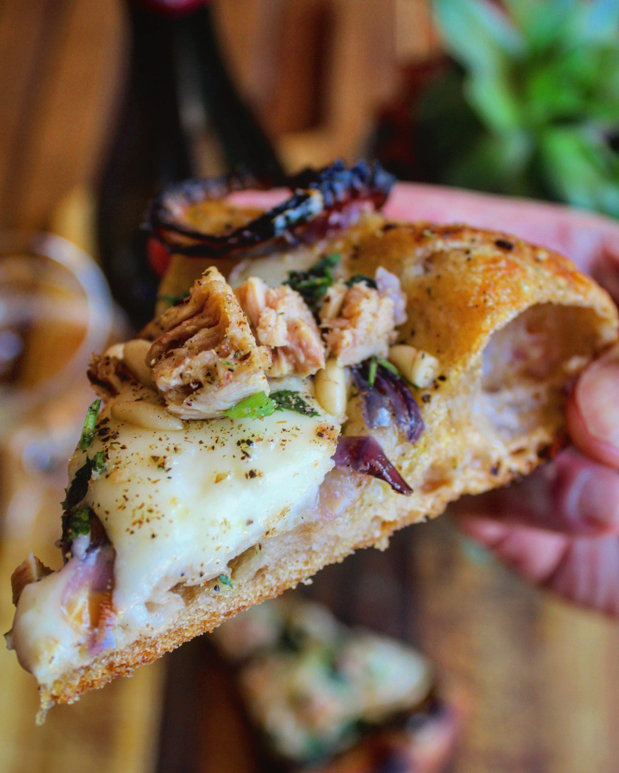 Pizza tonno cipolla squacquerone e pinoli