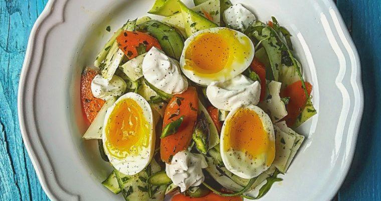 Insalata cruda con uova e yogurt greco