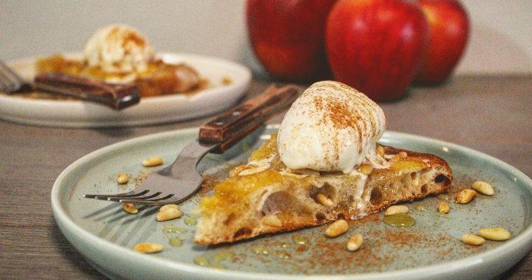 Pizza dolce alle mele, pinoli e cannella