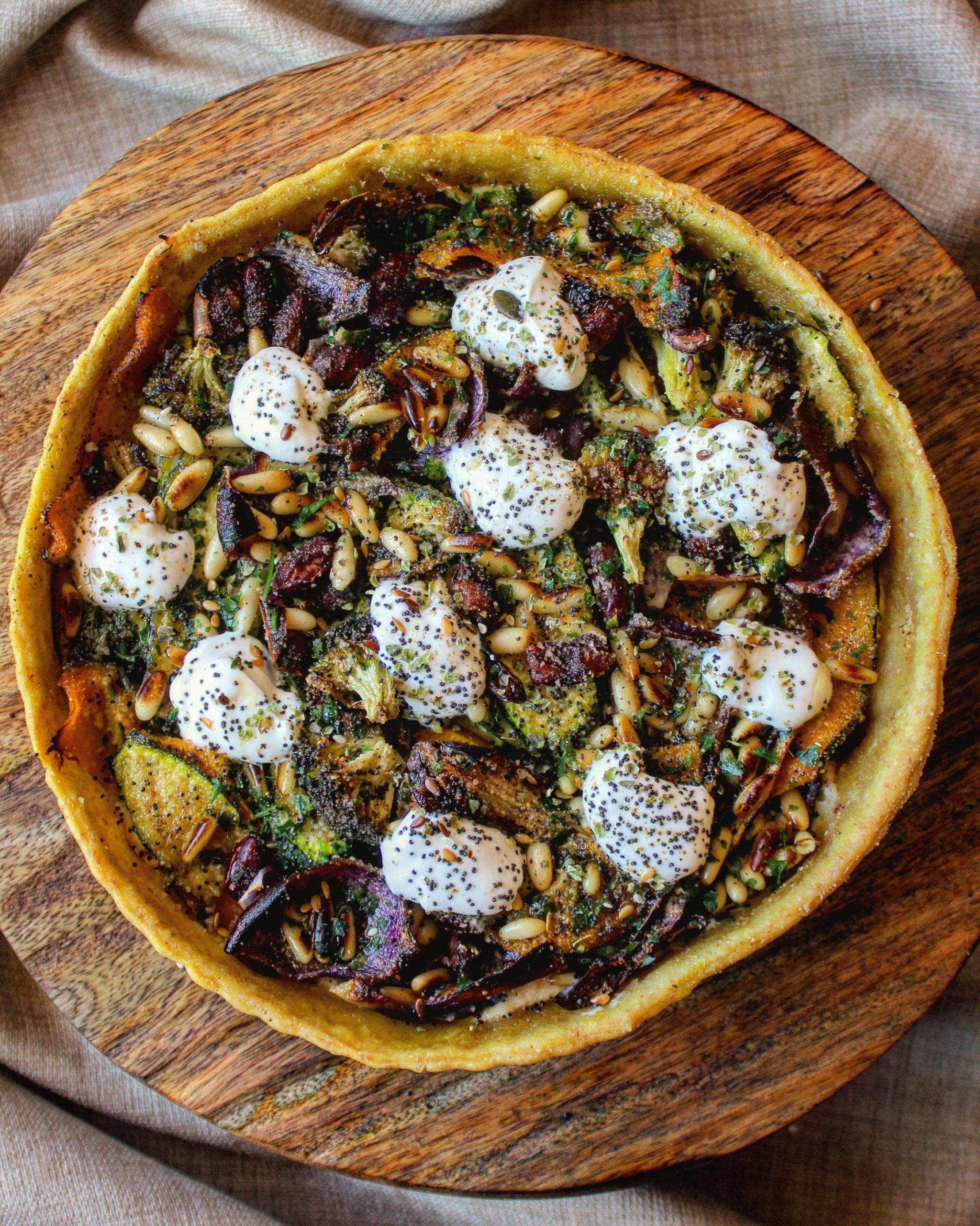Torta salata al sesamo e curry con verdure e yogurt greco