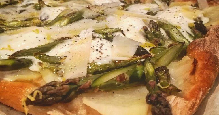 Pizza con patate asparagi, squacquerone, limone