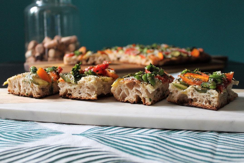 Pizza bianca con verdure e ricotta salata