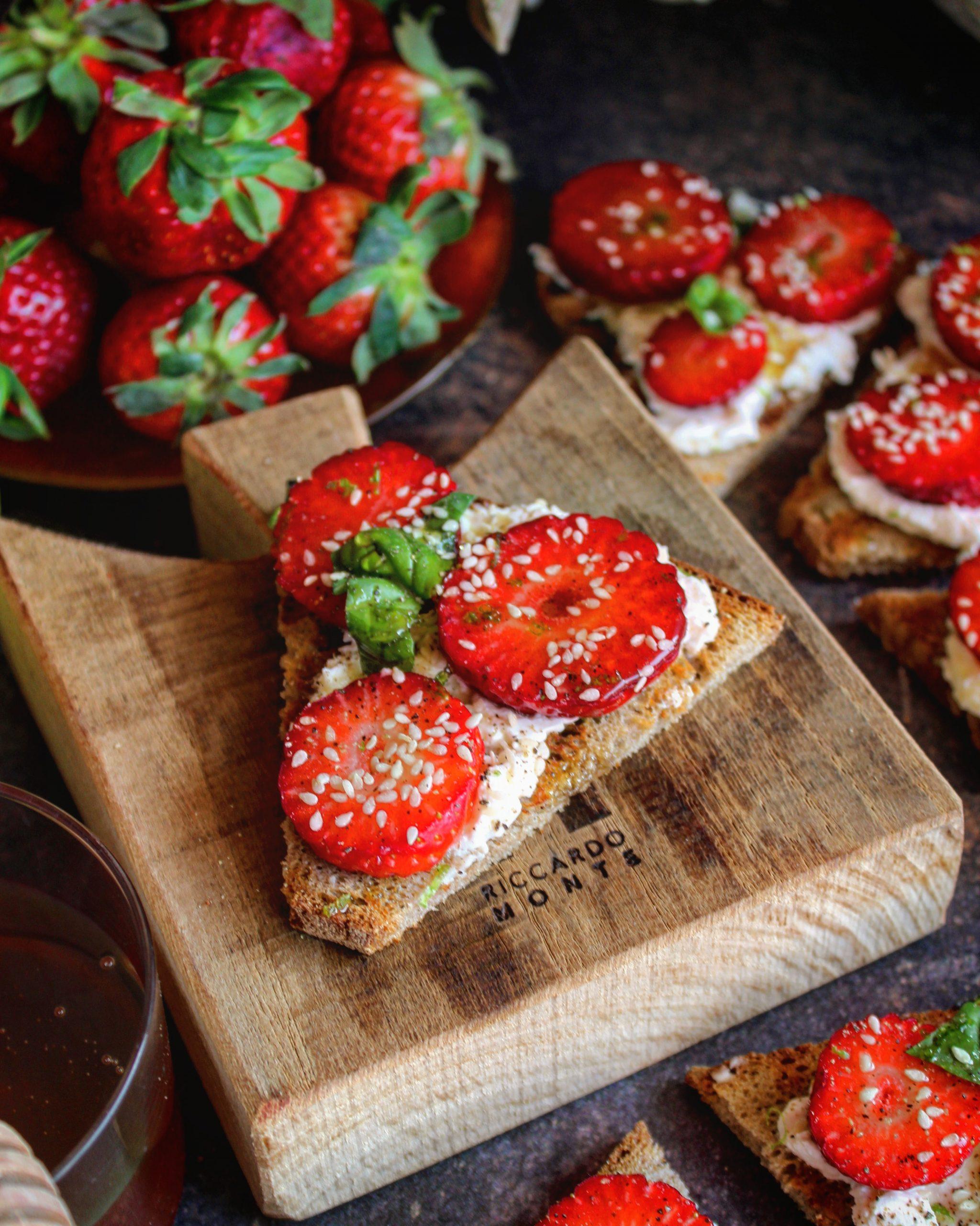 Crostone di segale con robiola basilico fragole e miele