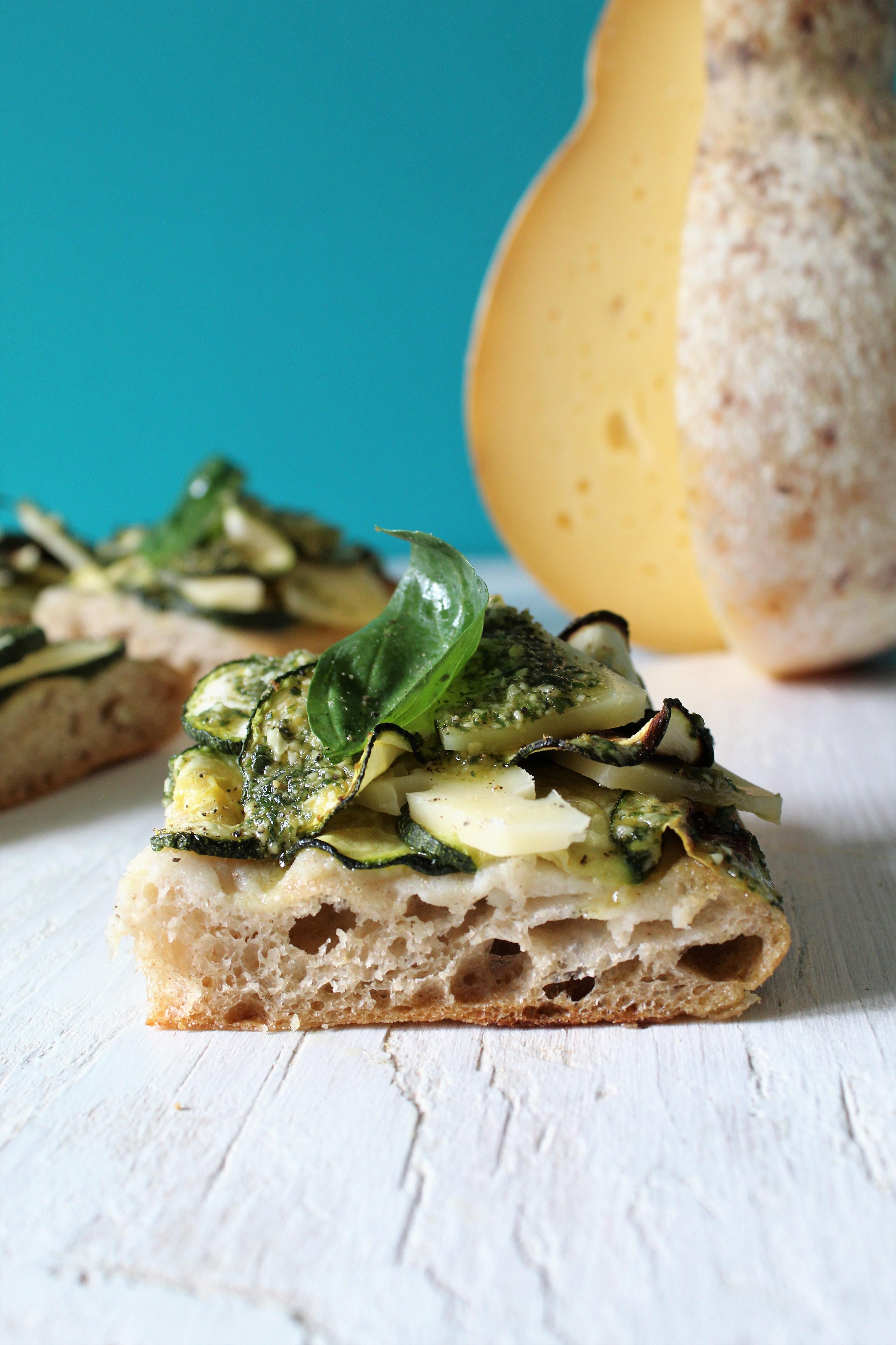 Pizza bianca con zucchine, caciocavallo e pesto basilico e zenzero