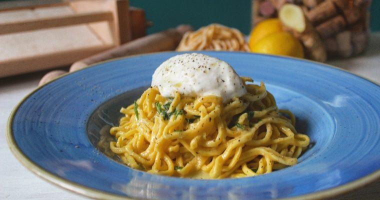 Spaghetti alla chitarra limone zenzero con quenelle di gelato al pecorino