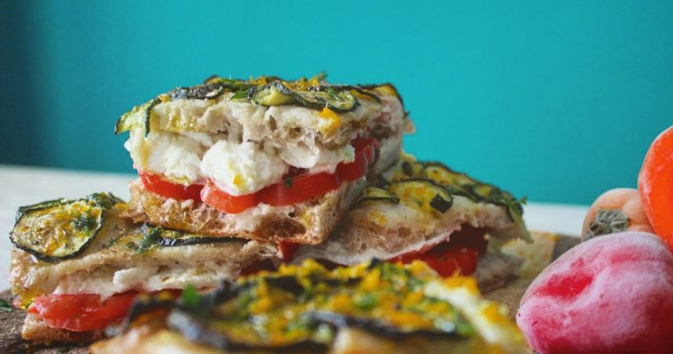 Pizza zucchine e peperoncino ghiacciato, farcita con pomodoro e mozzarella