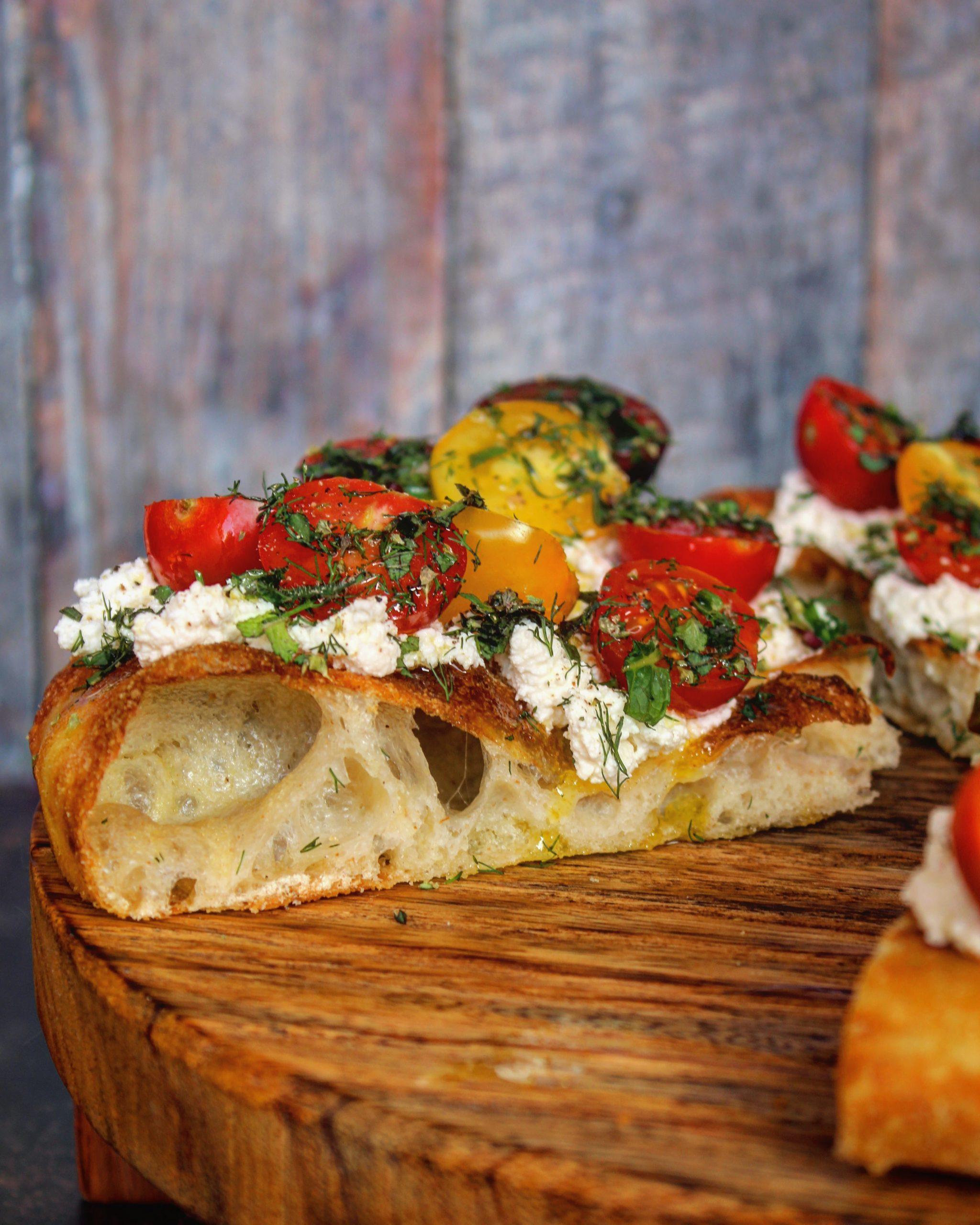 Focaccia pomodorini ricotta zenzero ed erbe fresche