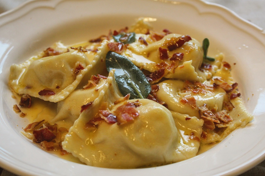 Ravioloni di patate al curry con burro salvia e bacon croccante