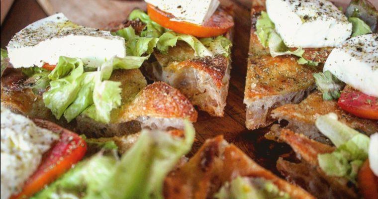 Focaccia con pomodoro insalata e bufala