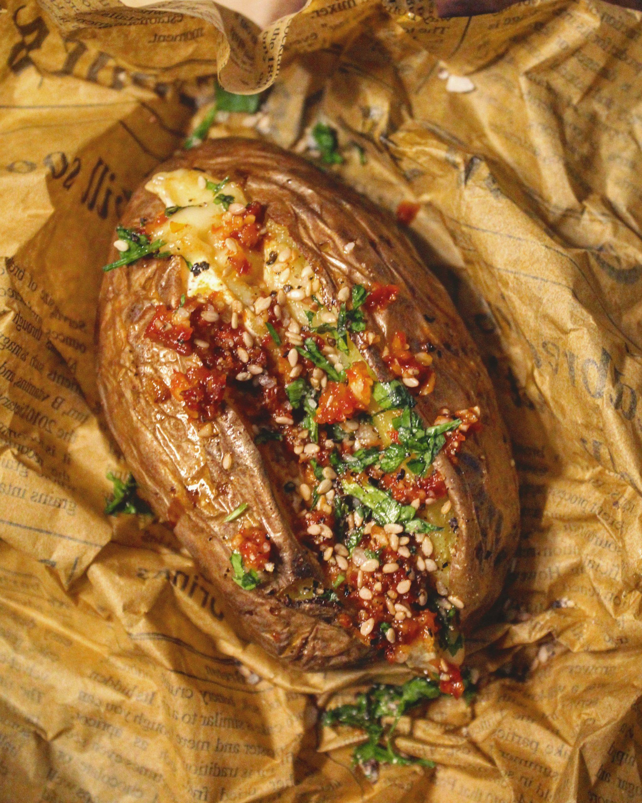 Patate in camicia con brie e pesto di pomodoro secco