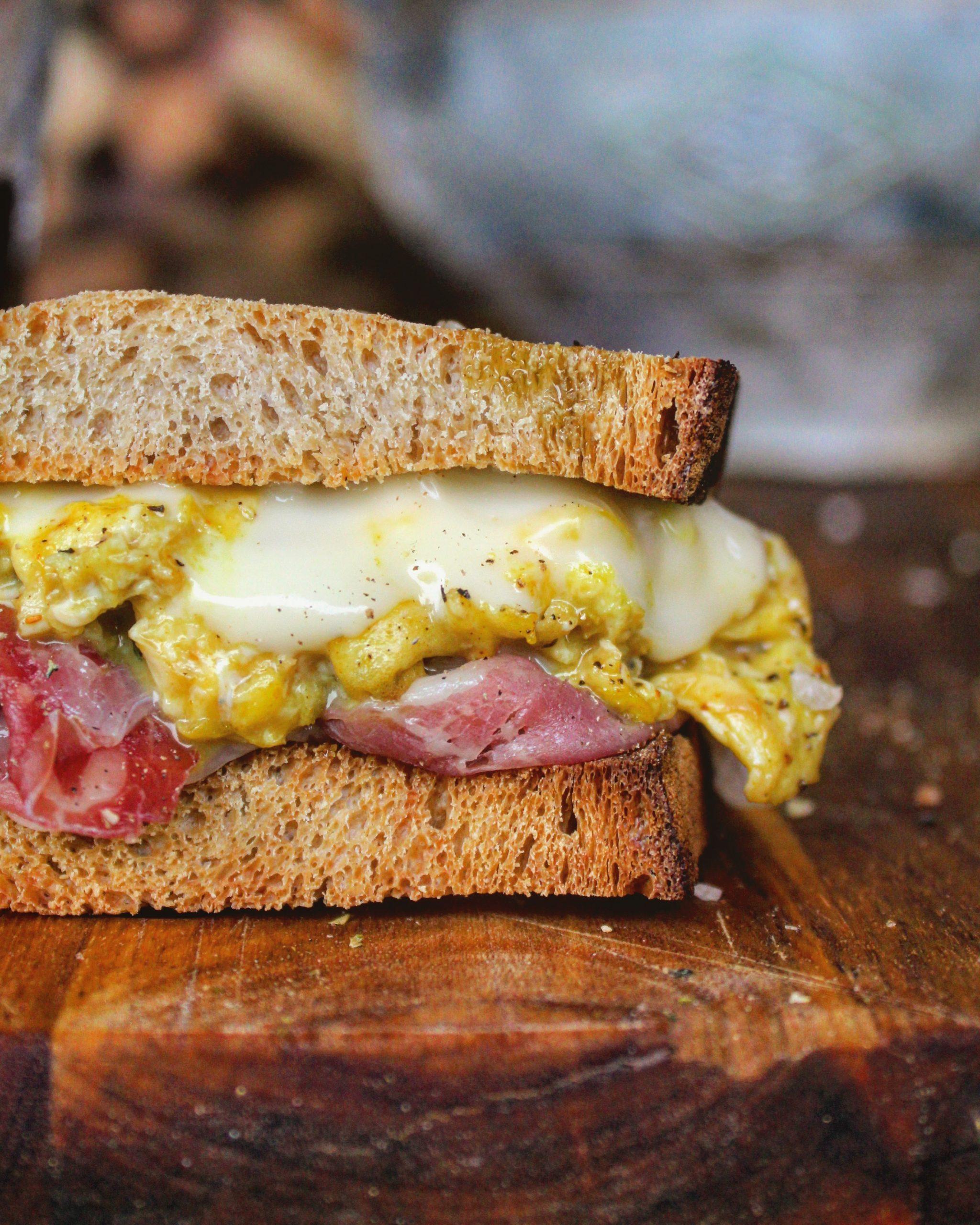 Sandwich con prosciutto uova e formaggio