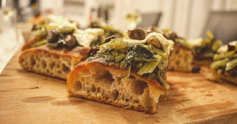 Focaccia bianca con catalogna, olive taggiasche e primo sale