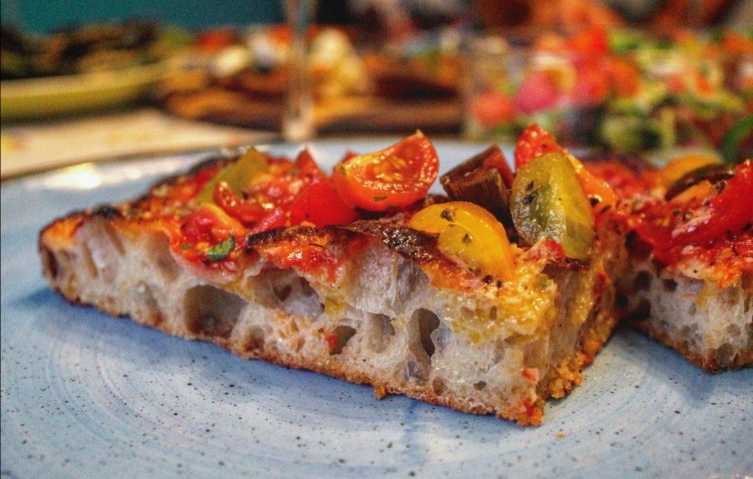 Pizza ai tre pomodori, timo e parmigiano