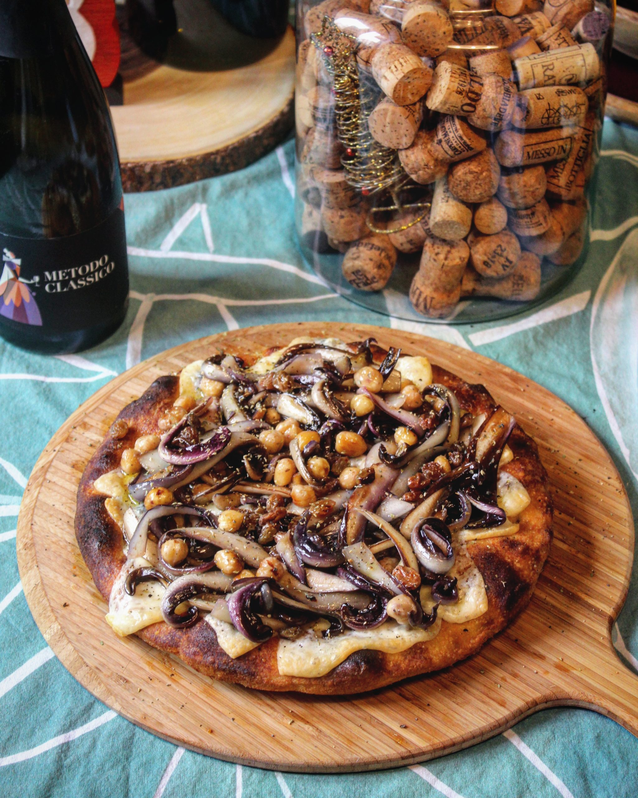 Pizza caciocavallo radicchio uvetta e nocciole