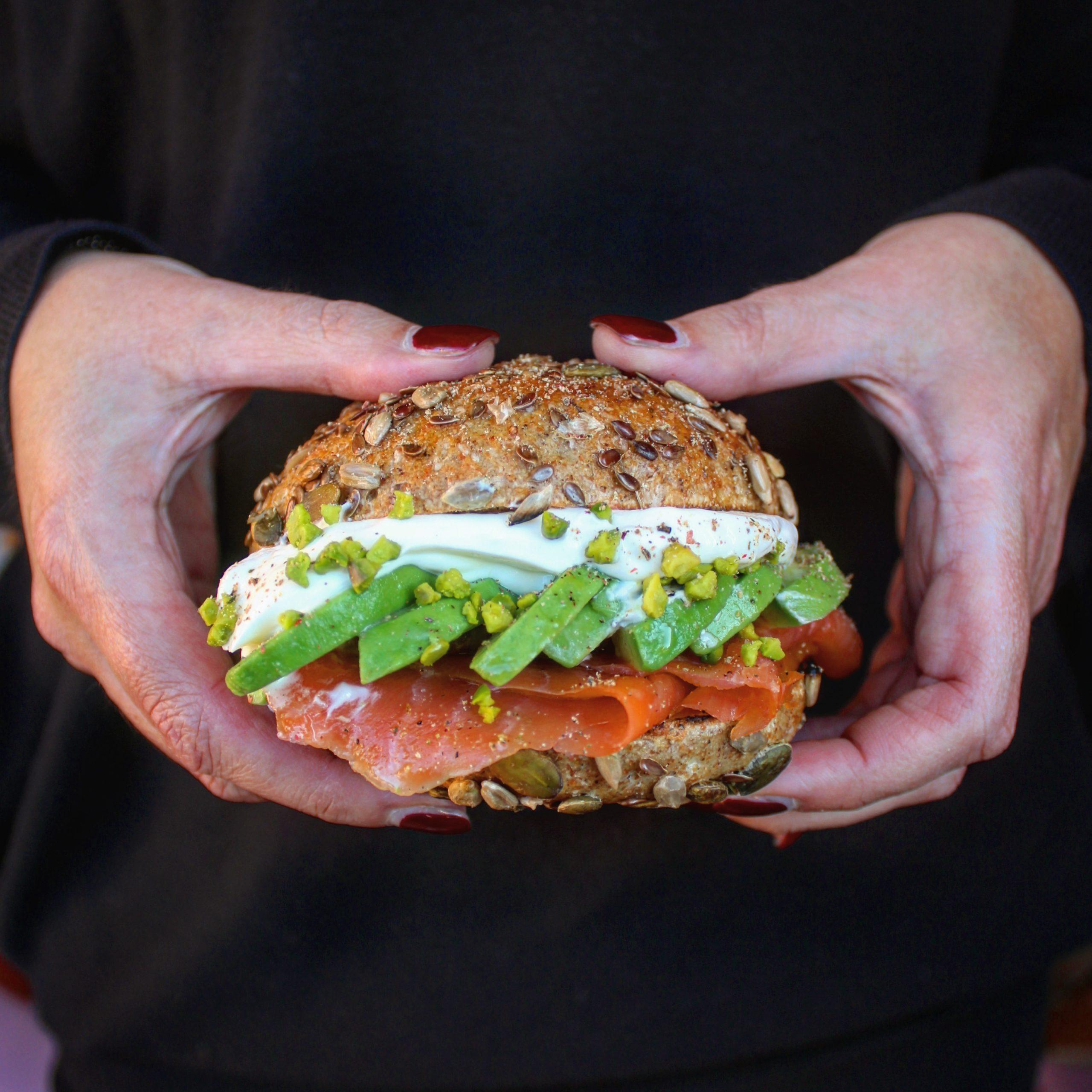 Multicereali con salmone avocado e yogurt