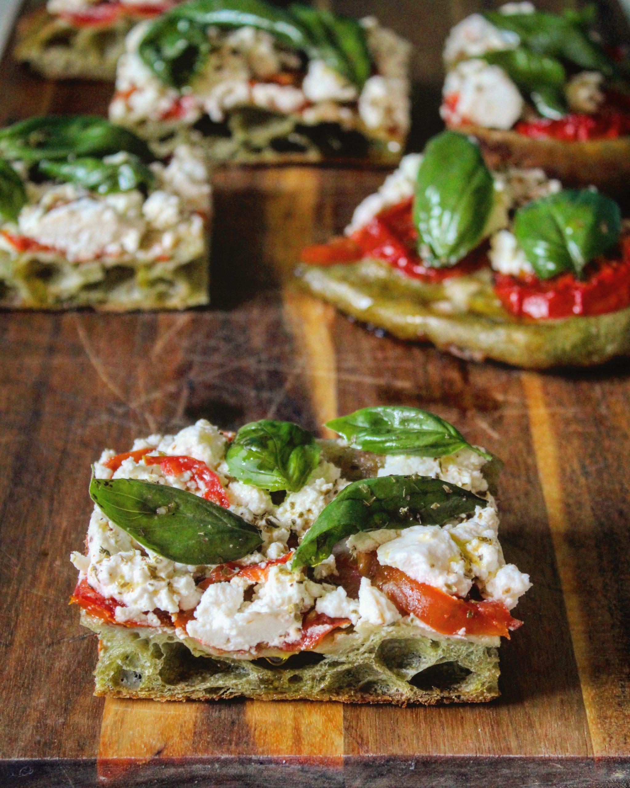 Pizza tricolore con impasto all'ortica