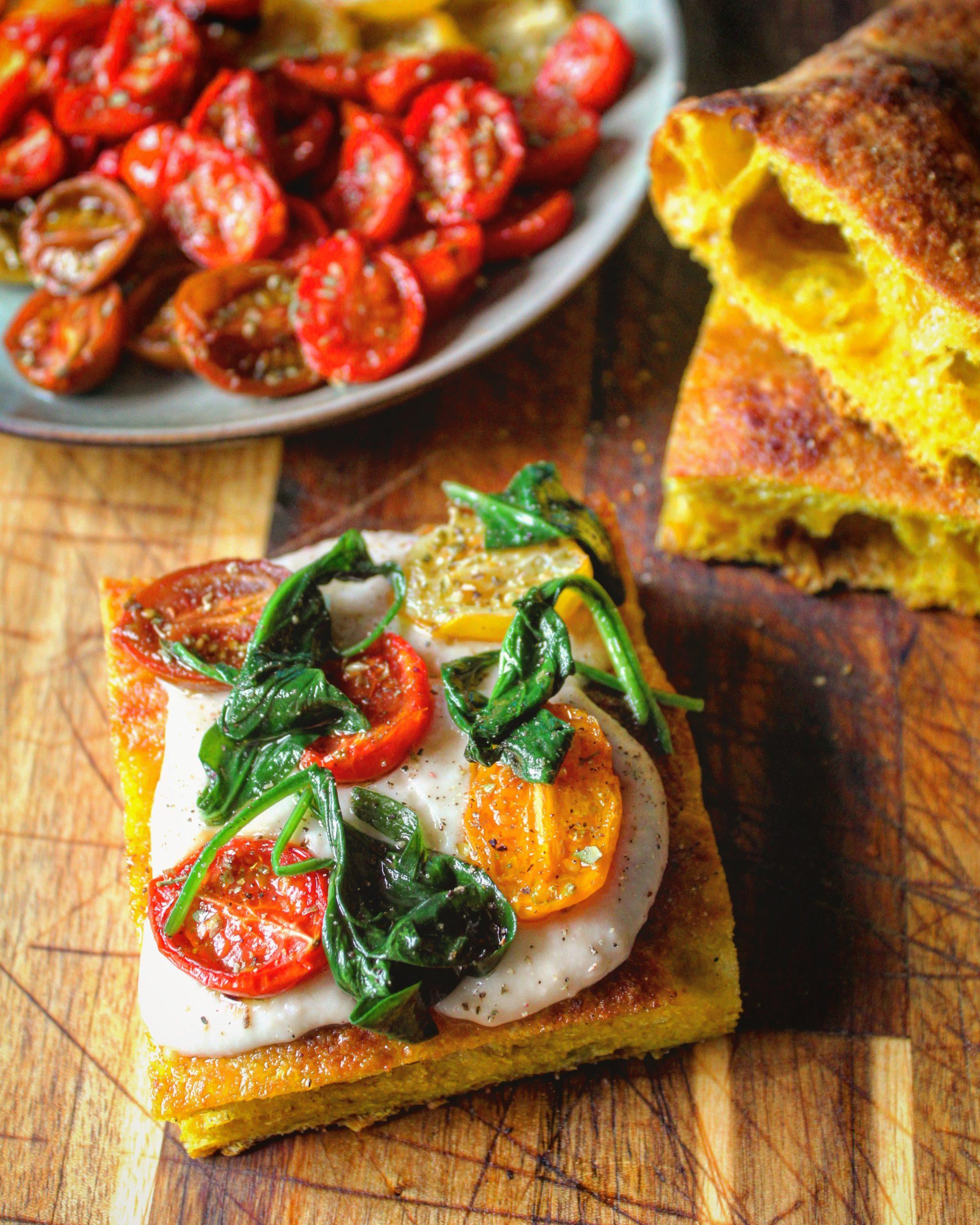 Focaccia alla curcuma con crema di cannellini pomodorini confit e spinaci