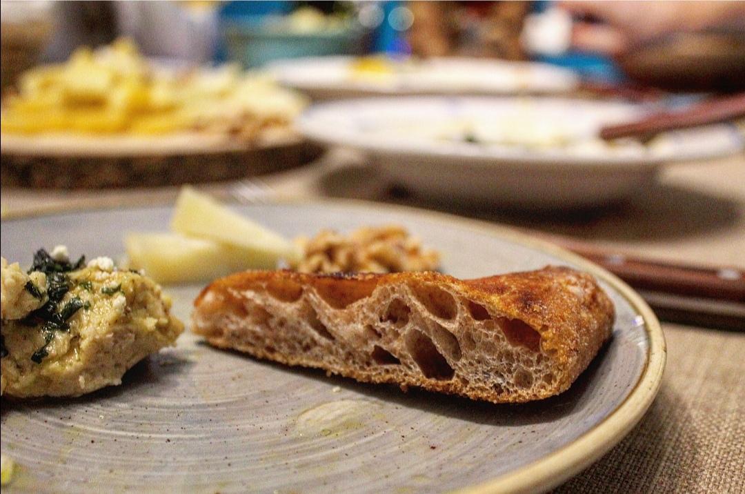 Hummus di cannellini con pesto alla menta e feta