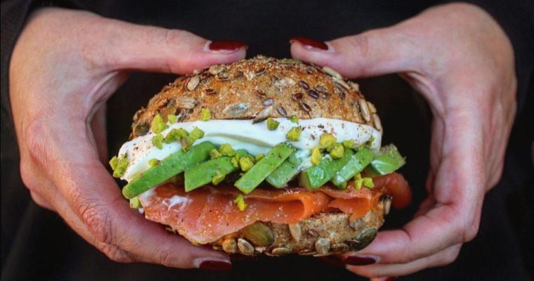 Multicereali con salmone avocado e yogurt