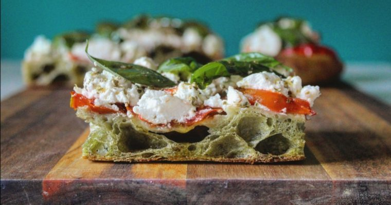 Pizza tricolore con impasto all'ortica