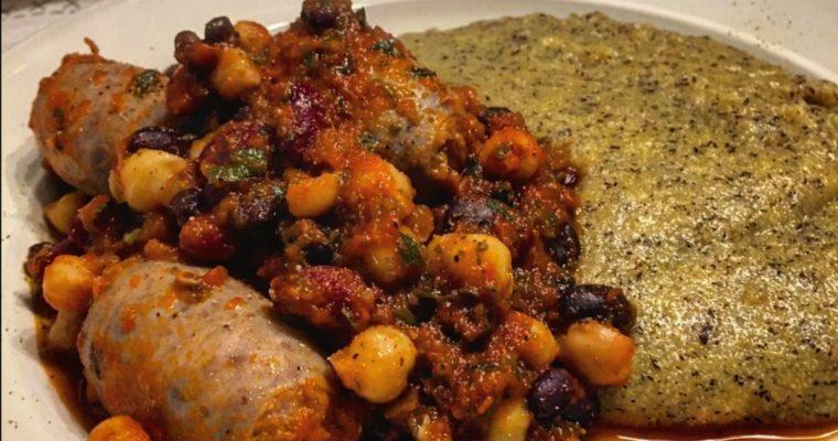 Salsiccia in umido con legumi e polenta