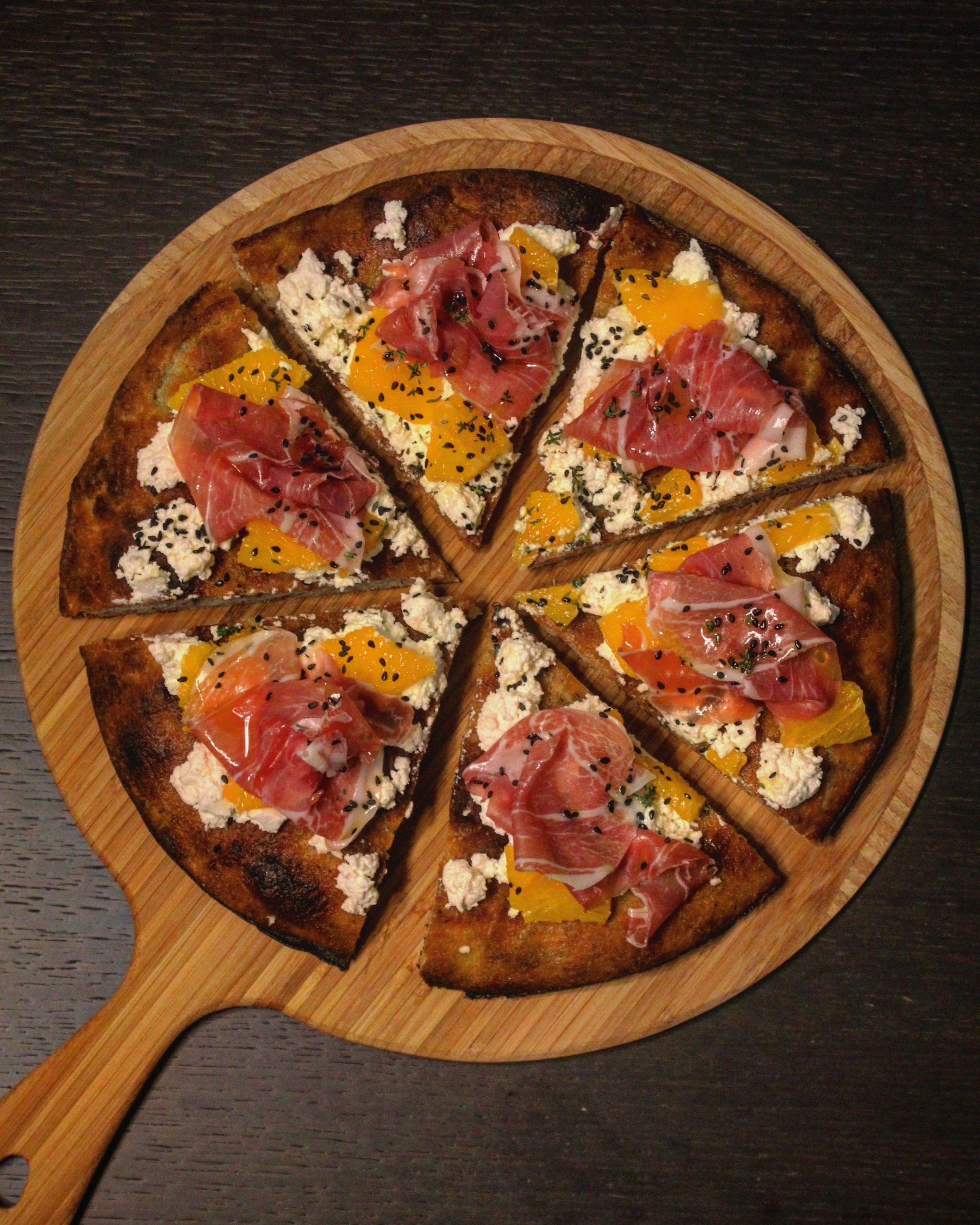 Pizza integrale con ricotta arancia e crudo