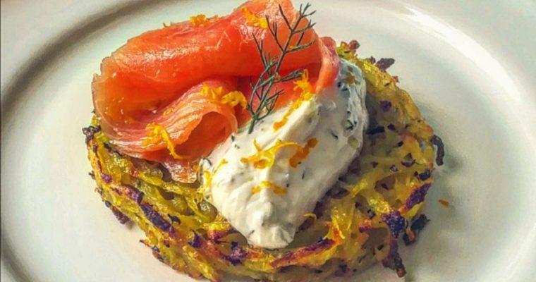 Rosti di patate con salmone e yogurt al finocchietto e limone