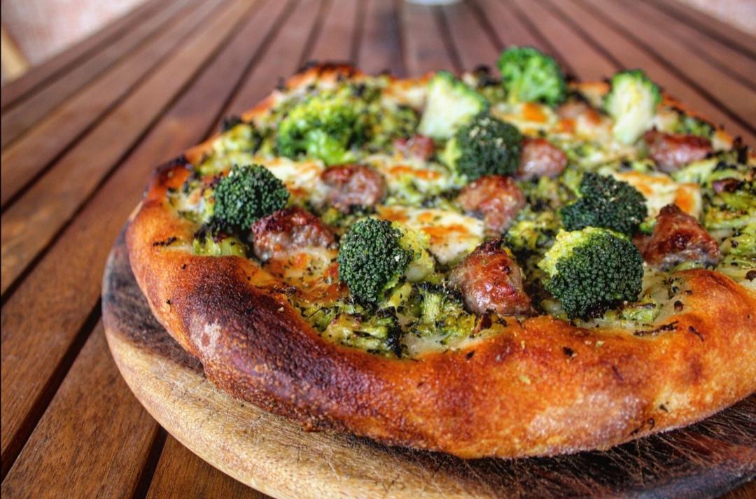 Pizza broccoli bufala e salsiccia