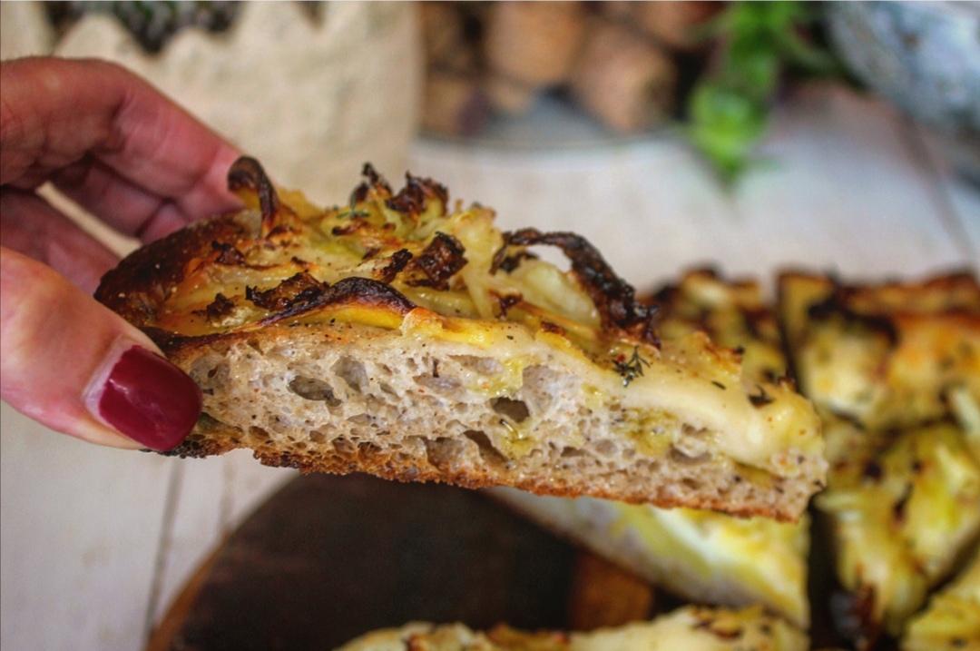 Pizza al grano saraceno con patate verza e Casera