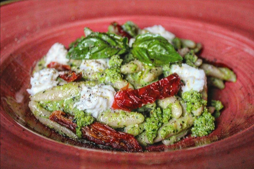 Maccheroni pugliesi con pesto di fave, pomodori secchi e bufala