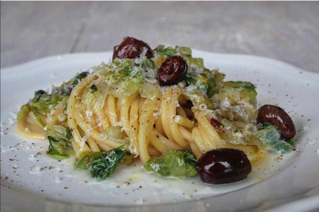 Spaghetti con scarola olive e pecorino