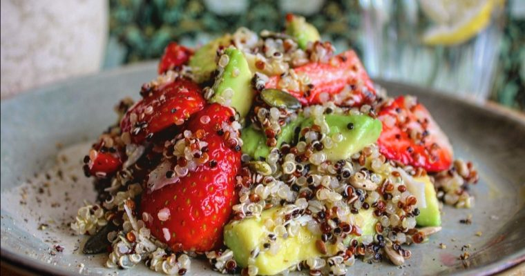 Insalata di quinoa avocado e fragole